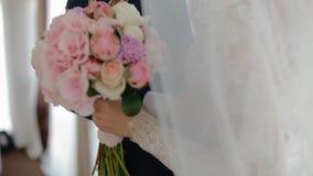 Gelukkige bruid en bruidegomtribune dichtbij het venster stock footage