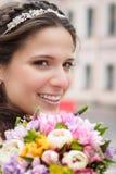 Gelukkige bruid met boeket Stock Fotografie