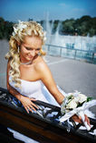 Gelukkige bruid met boeket og bloem Stock Afbeelding