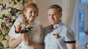 Gelukkige bruid met bruidegom bij huwelijksceremonie stock footage