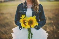 Gelukkige bruid met zonnebloemen op het gebied Royalty-vrije Stock Afbeeldingen