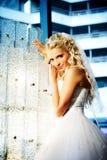 Gelukkige bruid in mooi binnenland van luxueuze ho Royalty-vrije Stock Afbeelding