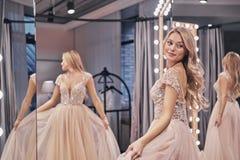 Gelukkige bruid Mooie jonge vrouw die huwelijkskleding dragen en sm stock fotografie