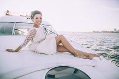 Gelukkige bruid op een jacht dat samen reist Royalty-vrije Stock Afbeeldingen