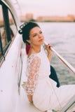 Gelukkige bruid op een jacht dat samen reist Stock Fotografie