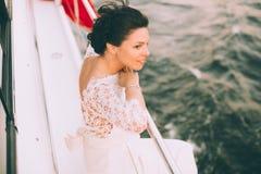 Gelukkige bruid op een jacht dat samen reist Stock Foto