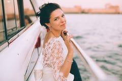 Gelukkige bruid op een jacht dat samen reist Stock Afbeeldingen