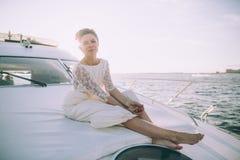 Gelukkige bruid op een jacht dat samen reist Royalty-vrije Stock Foto