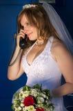 Gelukkige bruid sprekende telefoon Stock Foto's