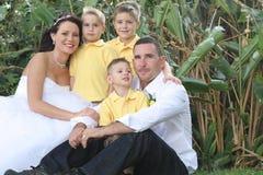 Gelukkige bruidbruidegom en kinderen royalty-vrije stock foto