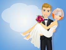 Gelukkige bruidegom dragende bruid die haar houden in zijn wapens Royalty-vrije Stock Foto's