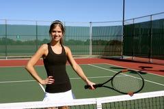 Gelukkige Brunette die haar racket houdt Royalty-vrije Stock Foto