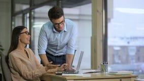 Gelukkige bureauwerknemers die aan presentatie samenwerken, groepswerk in bedrijf stock video