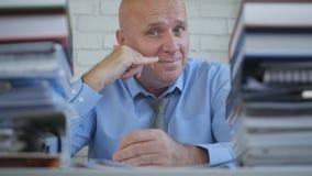Gelukkige Businessperson Image Make overhandigt Mij bellen Gebaren royalty-vrije stock foto's