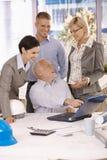 Gelukkige businessteam bezig op het werk Royalty-vrije Stock Afbeelding