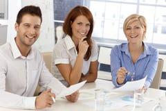 Gelukkige businessteam op vergadering Stock Afbeeldingen