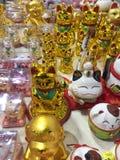 Gelukkige charme, amulet, maneki-neko, het golven kat stock afbeeldingen