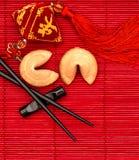 Gelukkige charme, fortuinkoekjes en eetstokjes Chinees Nieuwjaar royalty-vrije stock afbeeldingen