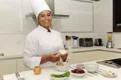 Gelukkige chef-kok scherpe uien Stock Afbeeldingen