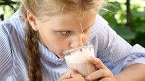Gelukkige childhoo Portret van aantrekkelijke meisje het drinken cacao in een straatkoffie, het glimlachen Sluit omhoog 4K stock video