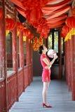 Gelukkige Chinese bruid in rode cheongsam bij traditionele huwelijksdag Royalty-vrije Stock Foto's