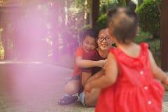 Gelukkige Chinese familie in vrije tijd royalty-vrije stock foto's
