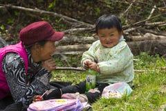 Gelukkige Chinese Grootmoeder en Baby Stock Afbeeldingen