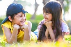 Gelukkige close-up weinig Aziatisch meisje met zijn broer stock afbeelding