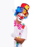Gelukkige clown die de lege raad houdt Stock Foto