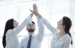 Gelukkige collega's die elkaar een hoogte vijf geven royalty-vrije stock foto