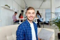 Gelukkige creatieve mannelijke arbeider op kantoor of student stock foto