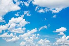 Gelukkige dag: blauwe hemel met zon en wolken voor een achtergrond Royalty-vrije Stock Foto