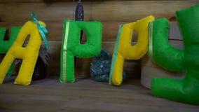 Gelukkige Dag van gevoelde brieven op open haard stock video