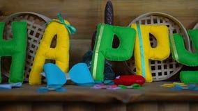 Gelukkige Dag van gevoelde brieven op open haard stock videobeelden