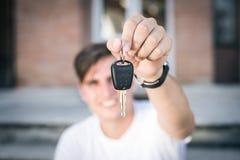 Gelukkige de autosleutels van de zakenmanholding in openlucht Stock Foto
