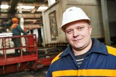 Gelukkige de industriearbeider bij fabriek royalty-vrije stock afbeelding