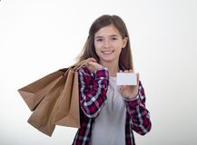 Gelukkige de korting van de klantenholding witte kaart en het winkelen zakken en kartondozen in haar handen stock afbeeldingen