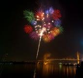 Gelukkige de nachtscène van het Nieuwjaarvuurwerk, cityscape van Bangkok rivier vi Royalty-vrije Stock Foto