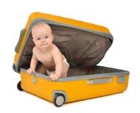 Gelukkige de peuterzitting van de zuigelingsbaby in gele plastic reis suitc Stock Afbeelding