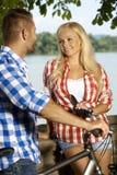 Gelukkige de vergaderingsman van de blondevrouw rivieroever openlucht Stock Afbeeldingen