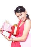 Gelukkige de vrouw neemt giften met glimlach royalty-vrije stock afbeelding