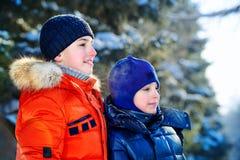Gelukkige de winterfamilie stock fotografie
