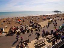 Gelukkige de zomervakantie in het Strand van Brighton stock fotografie