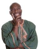 Gelukkige denkende Afrikaanse mens met traditionele kleren Royalty-vrije Stock Fotografie