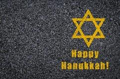Gelukkige die Chanoeka - ster van David en uitdrukking op asfaltachtergrond wordt geschreven Stock Fotografie