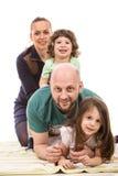 Gelukkige die familie op bovenkant wordt opgestapeld Stock Foto's