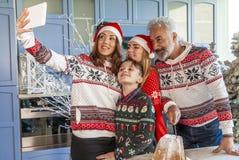 Gelukkige die familie op Kerstmisdag wordt herenigd die een selfie nemen royalty-vrije stock fotografie