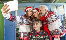 Gelukkige die familie op Kerstmisdag wordt herenigd die een selfie nemen royalty-vrije stock afbeeldingen