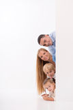Gelukkige die familie op witte achtergrond wordt geïsoleerd royalty-vrije stock foto's