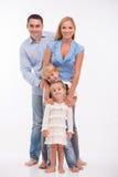 Gelukkige die familie op witte achtergrond wordt geïsoleerd stock foto's